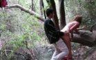 Jovencitos cachondos pillados en el bosque follando